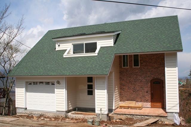 グリーンの屋根が特徴的な3階建のお家