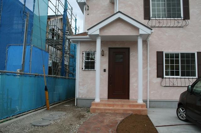 ピンクの塗り壁がかわいいお家