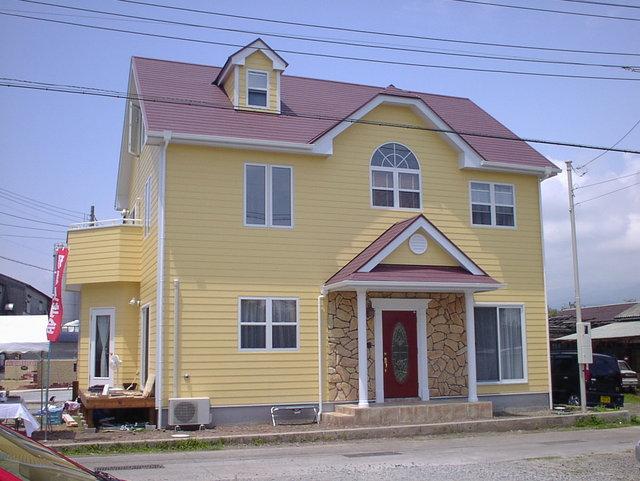 暖炉の付いた赤い玄関のお家