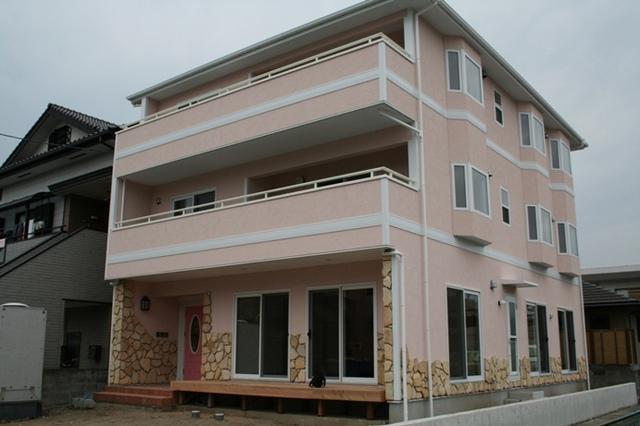 塗り壁のオシャレな三世帯住宅
