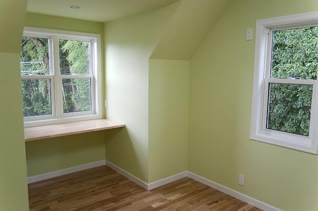 出窓が印象的な個性的住宅
