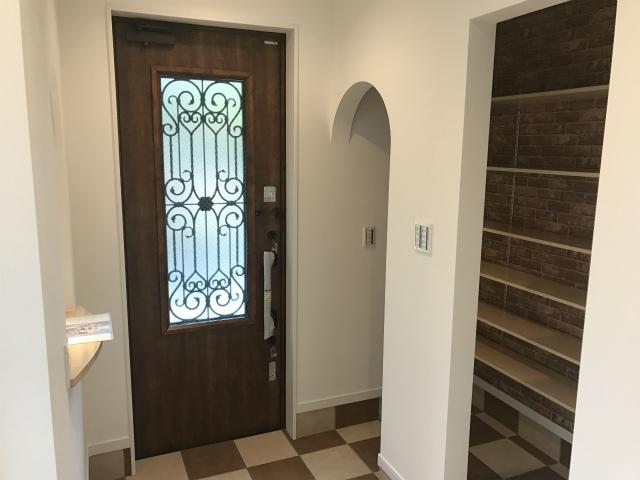 市松模様の玄関タイルと収納スペース