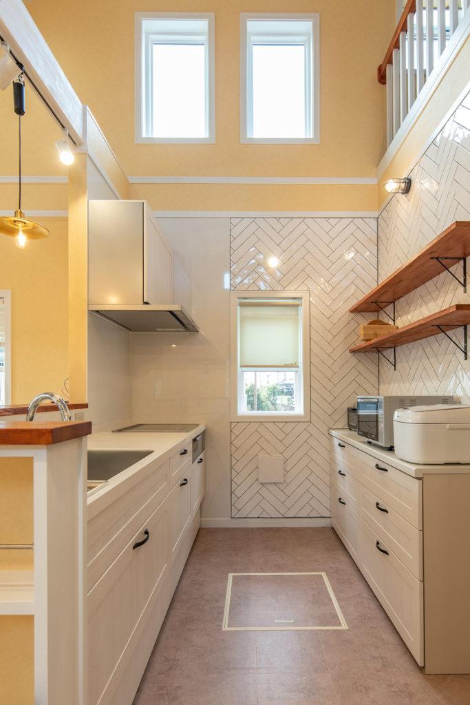 勾配天井と吹抜のキッチン
