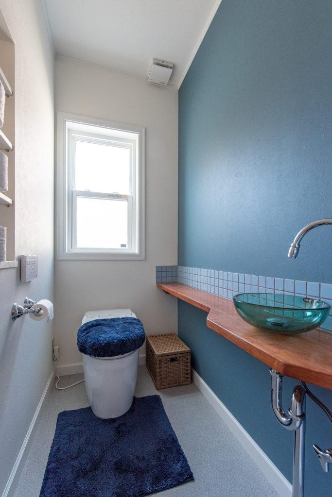 さわやかなブルーをアクセントにしたトイレ