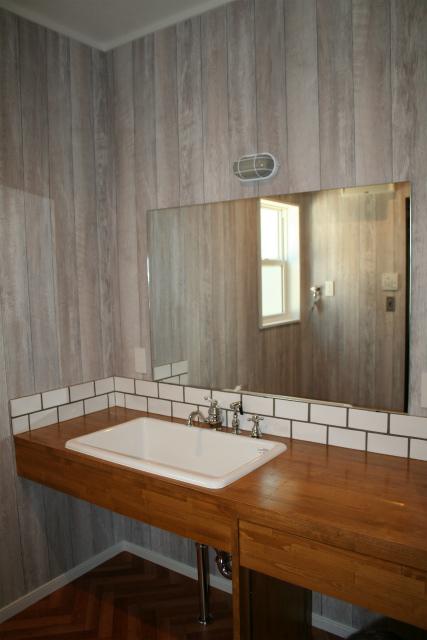 大きな鏡の付いた造作洗面台