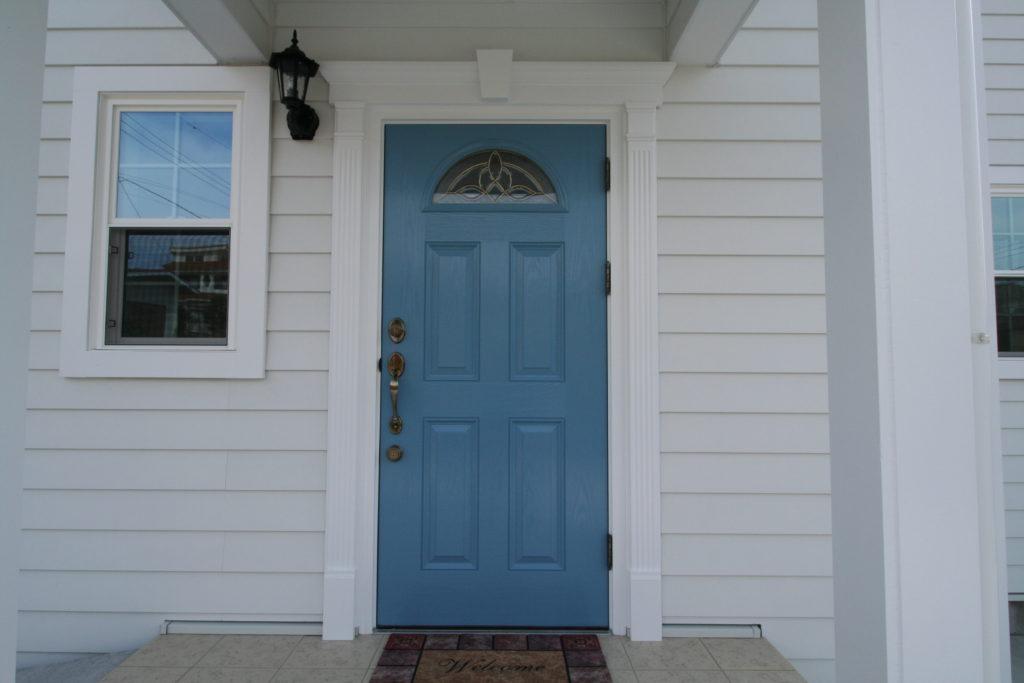 淡いブルーの玄関ドア