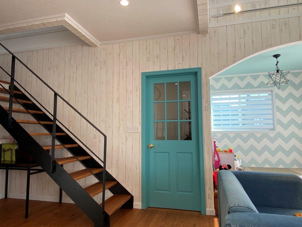 エメラルドグリーンのドア