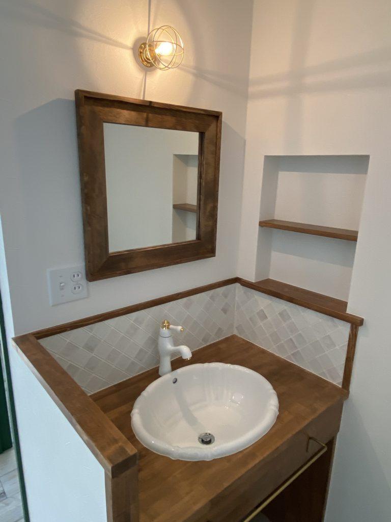 木を基調としたシンプルで可愛い造作洗面