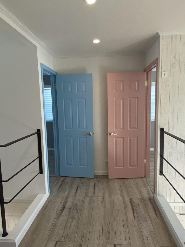 ブルーとピンクのかわいいドア